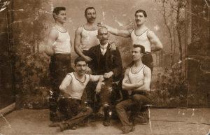 Louis Eyer (au centre) était un fervent de gymnastique. Photo: Archives Louis Kosta Eyer