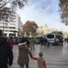 les dernières possibilités d'accès en véhicule sur les Ramblas sont condamnées par des voitures et fourgons de police en stationnement. Photo FM